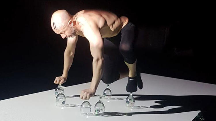 """Caglar Yigitogullari in der Performance """"Grenzöffner"""""""